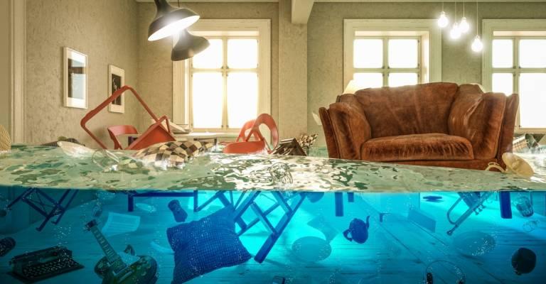 Meubels in woonkamer onder water